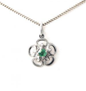 Collier pendentif fleur au coeur émeraude griffée en argent