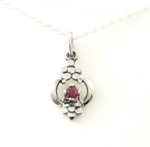 Collier pendentif ajouré au coeur rubis en argent