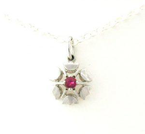 Collier pendentif fleur ajourée au coeur rubis en argent