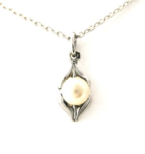 Collier pendentif au coeur de perle en argent